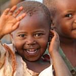 Massai Dorf / Winkender Junge