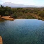 Schwimmbecken mit Blick auf den Kilimanjaro